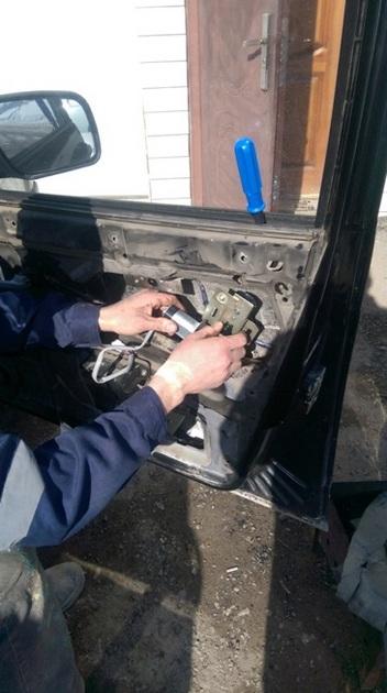 Установка стеклоподъемников ФОРВАРД на LADA Priora в передние двери. Рис 6