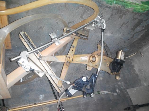 Установка стеклоподъемников ФОРВАРД в передние двери ВАЗ-21124. Рис. 28