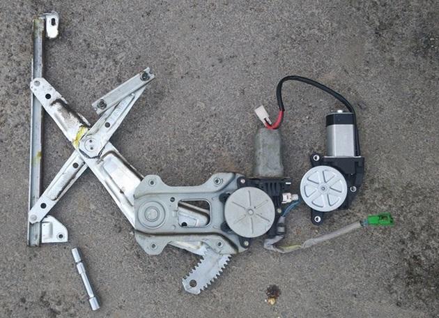 Замена моторедуктора стеклоподъемника на Subaru Forester SG5. Рис. 5