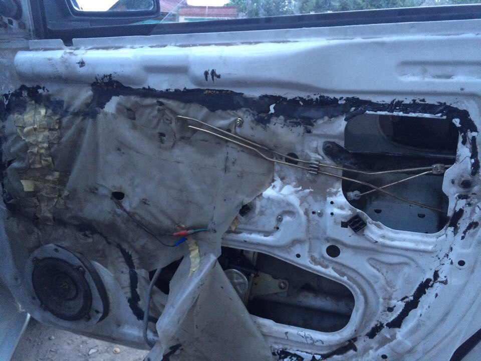 Установка стеклоподъемников ФОРВАРД в передние двери Hyundai Accent. Рис. 1