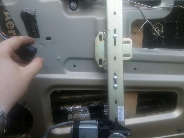 "Установка стеклоподъемников ""ФОРВАРД"" в передние двери Chevrolet NIVA. Рис. 5"