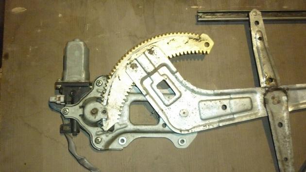 Замена моторедуктора правого электростеклоподъемника Subaru Forester S11. Рис. 3