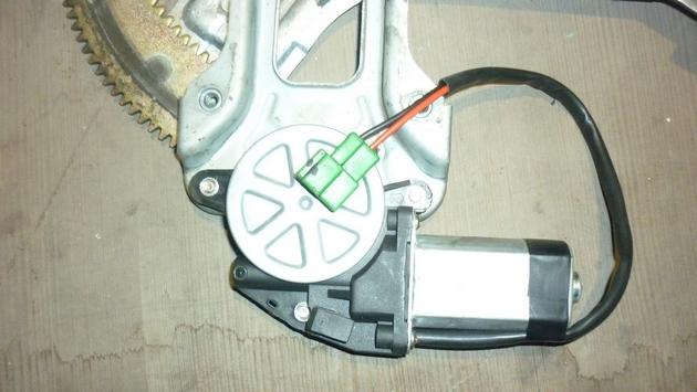 Замена моторедуктора правого электростеклоподъемника Subaru Forester S11. Рис. 7