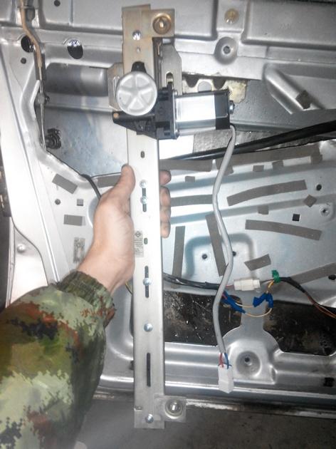 Установка стеклоподъемников ФОРВАРД в передние двери ВАЗ-21124. Рис. 21