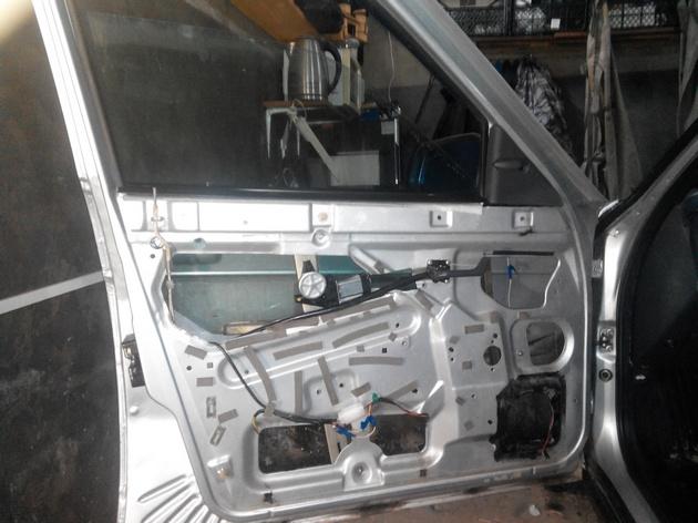 Установка стеклоподъемников ФОРВАРД в передние двери ВАЗ-21124. Рис. 24