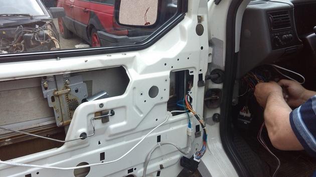 """Установка на VW Transporter T4 электростеклоподъемников """"ГРАНАТ"""" и доводчика стеклоподъемников Pandora DWM-210 Рис. 23"""