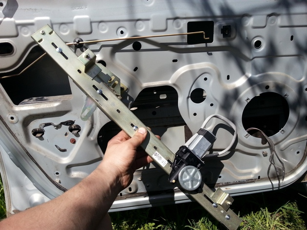 Ремонт Renault Logan : Схема 13. Электростеклоподъемники передних дверей: 1 – выключатель электростеклоподъемников передней пассажирской двери; 2 – электродвигатель стеклоподъемника передней пассажирской двери; 3 – электродвигатель стеклоподъемника двери водителя; 4 – блок пред