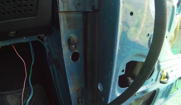 """Установка электрических стеклоподъемников """"ФОРВАРД"""" на ВАЗ-2107 в передние двери. Рис. 4"""