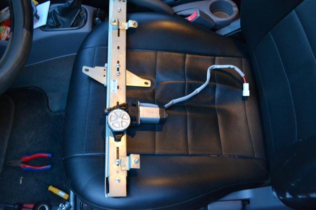 """Установка электрических стеклоподъемников """"ФОРВАРД"""" на Hyundai Accent в передние двери. Рис. 7"""