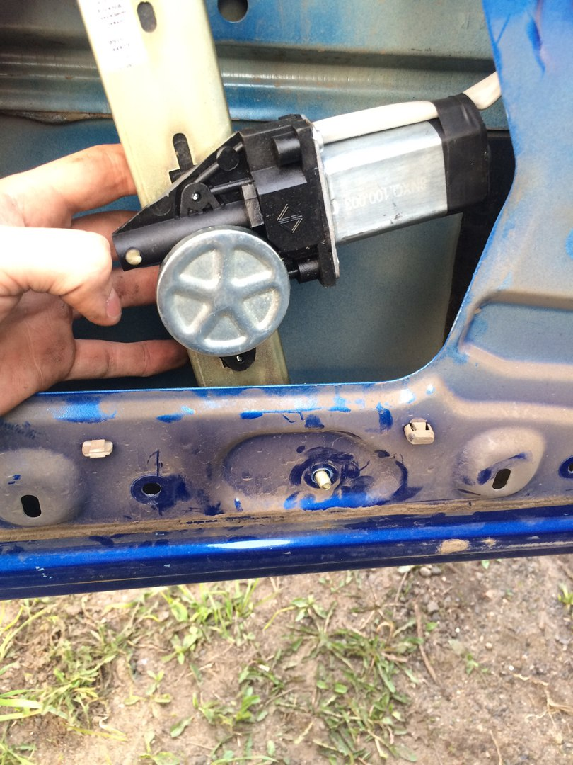 "Установка электростеклоподъемников ""ФОРВАРД"" на Renault Logan I в передние двери. Рис. 12"