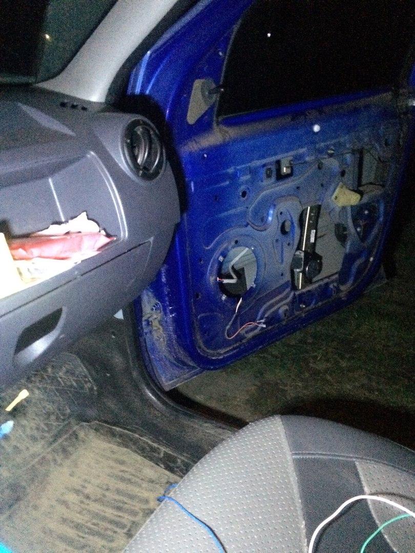 "Установка электростеклоподъемников ""ФОРВАРД"" на Renault Logan I в передние двери. Рис. 15"