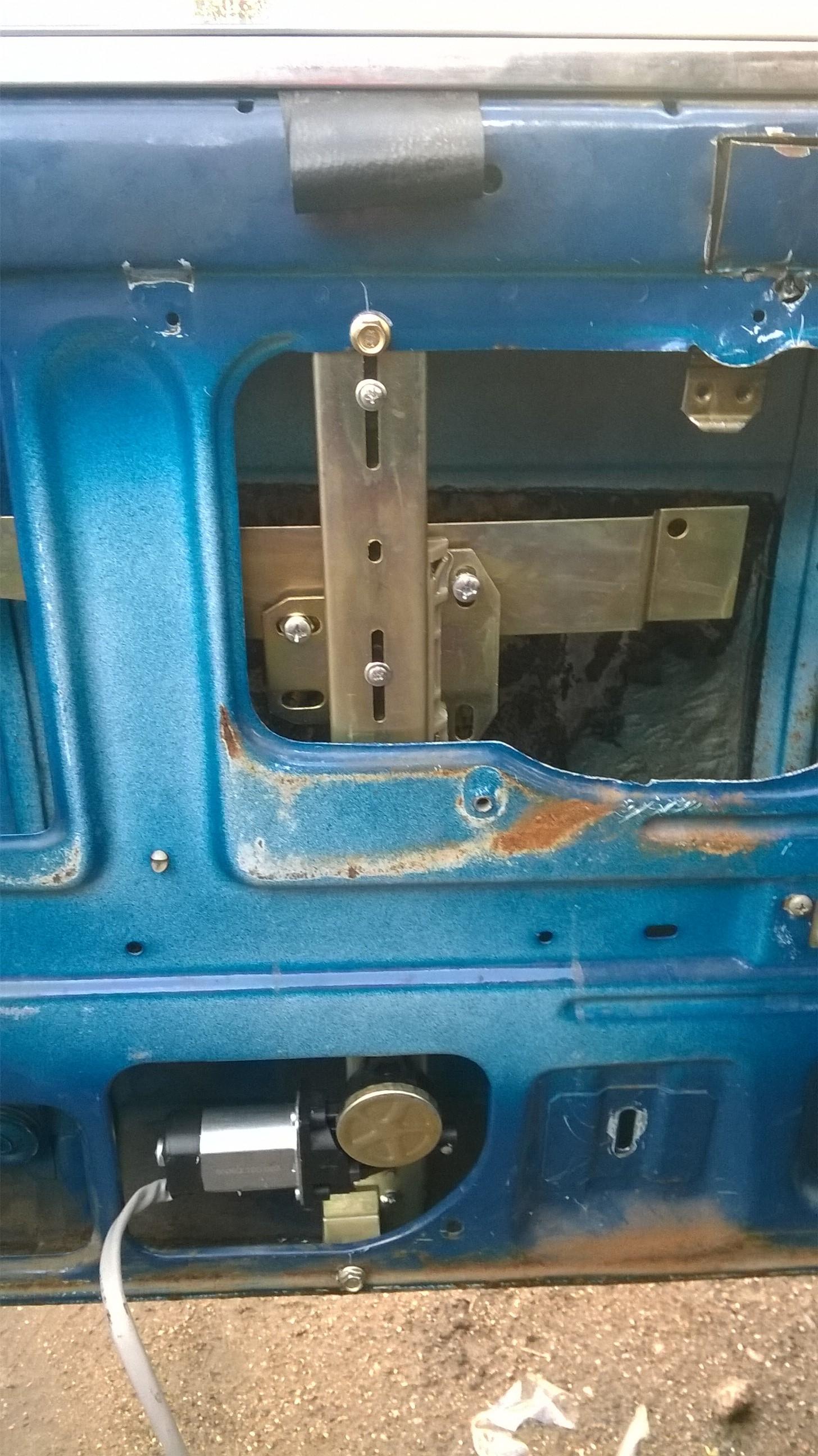 Установка стеклоподъемников ФОРВАРД в передние двери ВАЗ-2107. Рис. 4