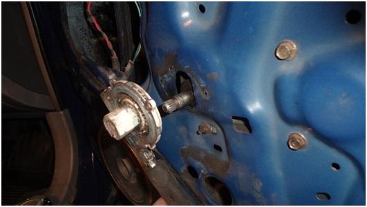 Установка универсальных электростеклоподъемников TITAN PW2 на Toyota Corolla. Рис. 11