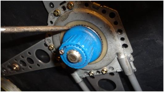 Установка универсальных электростеклоподъемников TITAN PW2 на Toyota Corolla. Рис. 19